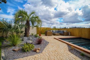 Création de massif avec plantation de palmiers et plantes exotiques avec mise en place de cailloux BORDEAUX en GIRONDE